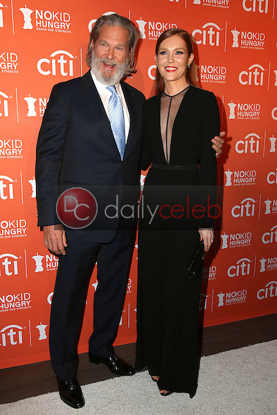 Jeff Bridges, Darby Stanchfield<br /> at the No Kid Hungry Benefit Dinner, Four Seasons, Los Angeles, CA 10-14-15<br /> David Edwards/DailyCeleb.Com 818-249-4998