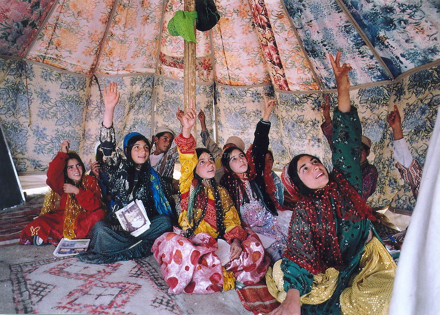 2005. Iran. Fars Province. Qashqai are a tribe of nomadic pastoralists of Turkic origin in Iran. Iran. Province du Fars. Les Qashqai sont une tribu de bergers nomades d'origine turque vivant en Iran.