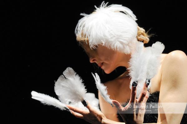 LE CYGNE<br /> Choregraphie: DREAERS Natti<br /> Compagnie Die Donau<br /> Avec : Andrea Sitter<br /> Cadre : La danse, l'humour, le burlesque<br /> Lieu: Centre National de la Danse<br /> Ville : Pantin<br /> le 28/04/2011<br /> © Laurent Paillier / photosdedanse.com<br /> All rights reserved