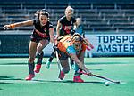 AMSTELVEEN  -  Yasmin Geerlings (A'dam) met Evaline Janssens (Gro) . Hoofdklasse hockey dames ,competitie, dames, Amsterdam-Groningen (9-0) .     COPYRIGHT KOEN SUYK