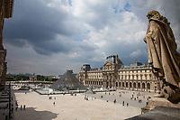 Parigi, museo del Louvre, vista della Piramide da una finestra interna FRANCIA  Jeoh Ming Pei, 1989