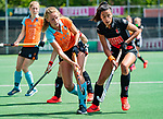 AMSTELVEEN  - Marle Brenkman (Gro)  met Yasmin Geerlings (A'dam)  .  Hoofdklasse hockey dames ,competitie, dames, Amsterdam-Groningen (9-0) .     COPYRIGHT KOEN SUYK
