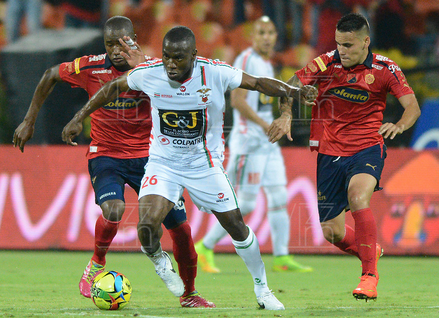 MEDELLÍN -COLOMBIA-20-09-2014. Andres Mosquera (Izq) y Gilberto Garcia Olarte (Der) jugadores de Independiente Medellín disputa el balón con Carlos Renteria (C) jugador de Patriotas FC durante partido de la fecha 10 en la Liga Postobón II 2014 realizado en el estadio Atanasio Girardot de la ciudad de Medellín./ Andres Mosquera (L) and Gilberto Garcia Olarte (R) players of Independiente Medellin fights for the ball with Carlos Renteria (C) player of Patriotas FC during the 10th date of Postobon League II 2014 at Atanasio Girardot stadium in Medellin city. Photo: VizzorImage/Luis Ríos/STR
