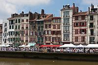 Europe/France/Aquitaine/64/Pyrénées-Atlantiques/Pays-Basque/Bayonne: Bords de Nive lors des Fêtes de Bayonne -quai Jaureguiberry