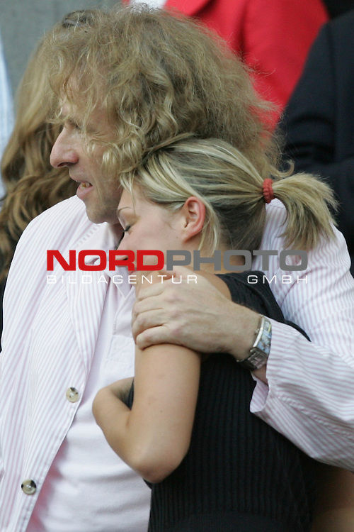 FIFA WM 2006 -  Gruppe C Vorrunde ( Group C )<br /> Play     #37 (21-Jun) - Niederland ( Holland ) - Argentinien 0:0<br /> <br /> Showmaster Thomas Gottschalk ganz in Pink auf der Trib&uuml;ne.<br /> Thomas Gottschalk dr&uuml;ckt eine junge Dame fest an sich.<br /> <br /> Foto &copy; nordphoto