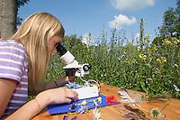 Kind, Kinder mit Binokular im Garten, Stereolupe, Lupe, betrachten Pflanzendetails, Blüten