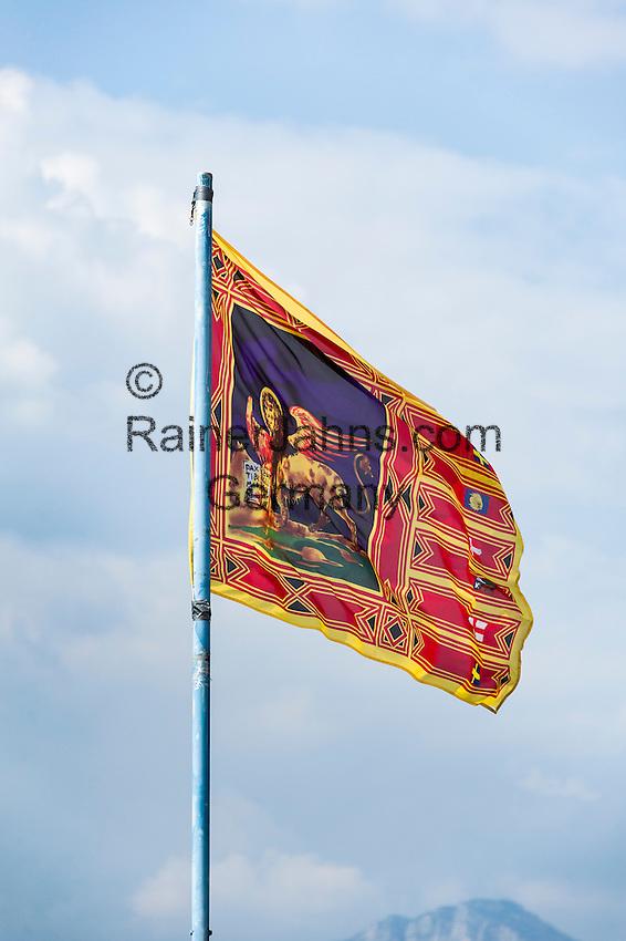 Italy, Veneto, Lake Garda, Brenzone sul Garda: Venetian flag showing Lion of Saint Mark | Italien, Venetien, Gardasee, Brenzone sul Garda: Venezianische Flagge mit dem Markusloewen