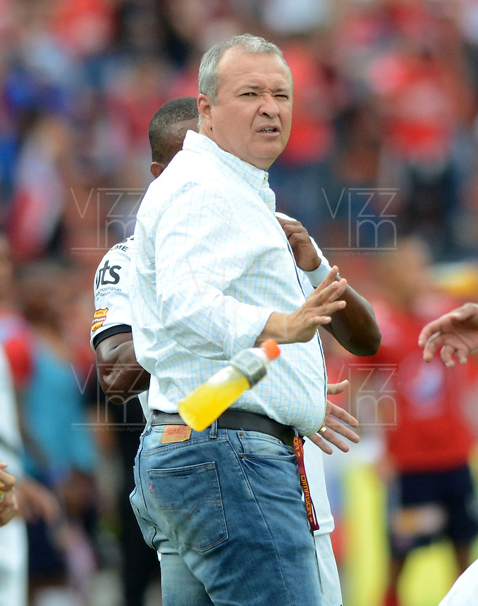 MEDELLÍN -COLOMBIA-09-04-2016. Adolfo Leon Holguin técnico de Alianza gesticula durante el encuentro entre Independiente Medellín y Alianza Petrolera por la fecha 12 de la Liga Águila I 2016 jugado en el estadio Atanasio Girardot de la ciudad de Medellín./ Adolfo Leon Holguin coach of Alianza gestures during the match between Independiente Medellin and  Alianza Petrolera during match for the date 12 of Aguila League I 2016 played at Atanasio Girardot stadium in Medellin city. Photo: VizzorImage/ León Monsalve /Str