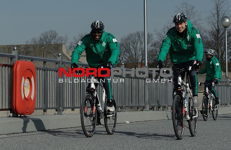 23.03.2015, Weserwehr, Bremen, GER, 1.FBL, Radtour Werder Bremen, im Bild Assani Lukimya (Bremen #5), Lukas Fr&ouml;de / Froede (Bremen #39)<br /> <br /> Foto &copy; nordphoto / Frisch