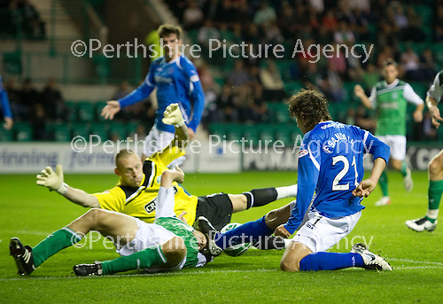 Hibs v St Johnstone...28.09.11   SPL Week.Ian Murray gets a boot in the face from Francisco Sandaza.Picture by Graeme Hart..Copyright Perthshire Picture Agency.Tel: 01738 623350  Mobile: 07990 594431