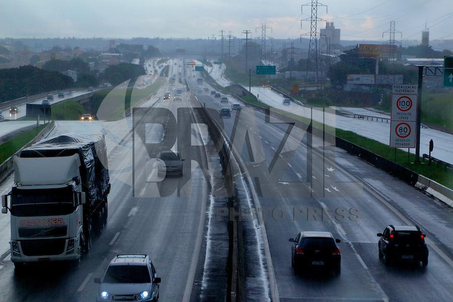 CAMPINAS, SP, 27.03.2016 – FERIADO-SP - Trafego intenso de veículos na Rodovia Dom Pedro , em campinas, nos dois sentidos neste domingo de Páscoa, 27. (Foto: Daniel Pinto/Brazil Photo Press)