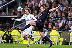 Jan Vertonghen of Tottenham Hotspur FC (R) fights for the ball with Luka Modric of Real Madrid (L) during the UEFA Champions League 2017-18 match between Real Madrid and Tottenham Hotspur FC at Estadio Santiago Bernabeu on 17 October 2017 in Madrid, Spain. Photo by Diego Gonzalez / Power Sport Images