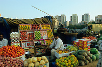 INDIA Mumbai Bombay, street vendor selling fruits and vegetables in Andheri a middle class suburb / INDIEN Bombay Mumbai, Verkauf von Obst bei einem Strassenhaendler vor Hochhaeusern im Stadteil Andheri