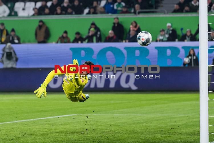 01.12.2019, Volkswagen Arena, Wolfsburg, GER, 1.FBL, VfL Wolfsburg vs SV Werder Bremen<br /> <br /> DFL REGULATIONS PROHIBIT ANY USE OF PHOTOGRAPHS AS IMAGE SEQUENCES AND/OR QUASI-VIDEO.<br /> <br /> im Bild / picture shows<br /> Tor 2:2, <br /> Jiri Pavlenka (Werder Bremen #01) kommt nicht mehr an den Ball, <br /> <br /> Foto © nordphoto / Ewert