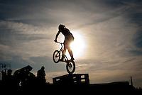 BMX bike driver in the sunset. Photo: André Jörg/ Scouterna