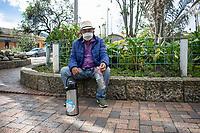 """CAJICA - COLOMBIA, 11-07-2020: """"Normalmente me la paso por todo el pueblo caminando y ofreciendo tinto, es la única forma de conseguir algo de dinero en la calamidad que estamos viviendo"""" Pedro Castillo, 72 años, es su testimonio quien como la mayoría de trabajadores informales se ve obligado a salir a buscar el sustento diario para subsistir en medio de la cuarentena total en el territorio colombiano causada por la pandemia  del Coronavirus, COVID-19. / """"Normally I spend all over town walking and offering red, it is the only way to get some money in the calamity we are experiencing"""" Pedro Castillo, 72 years old, is his testimony who like most informal workers, he is forced to go out to find daily sustenance to subsist in the midst of the total quarantine in Colombian territory caused by the Coronavirus pandemic, COVID-19. Photo: VizzorImage / Johan Rugeles / Cont"""