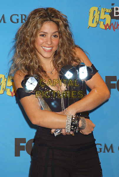 SHAKIRA.Winner Latin Pop Album Artist of the Year.2005 Billboard Music Awards held at the MGM Grand Hotel & Casino, Las Vegas, Nevada..December 6th, 2005.Photo: Laura Farr/AdMedia/Capital Pictures.half length awards trophy trophies bracelets.www.capitalpictures.com.sales@capitalpictures.com.© Capital Pictures.