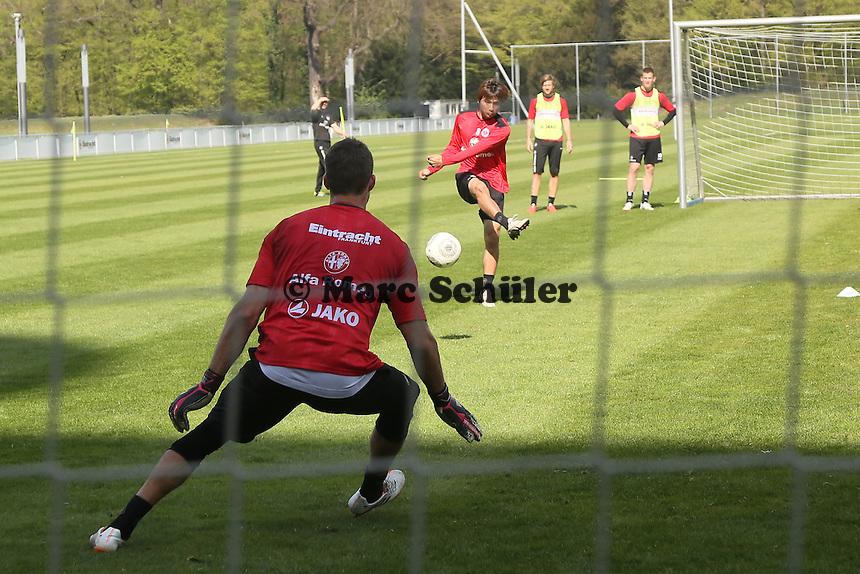 Kevin Trapp gegen Takashi Inui - Eintracht Frankfurt Training