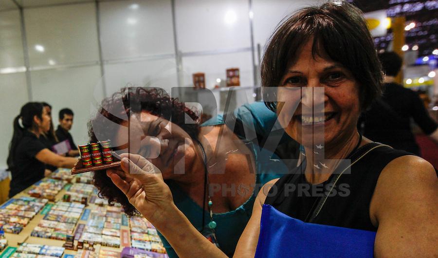 SAO PAULO, SP, 09 AGOSTO 2012 - ABERTURA BIENAL INTERNACIONAL DO LIVRO - Menor livro do mundo e visto na  22ª  Bienal Internacional do Livro de São Paulo, no Anhembi na regiao norte da capital paulista, nesta quinta-feira, 09. (FOTO: VANESSA CARVALHO / BRAZIL PHOTO PRESS).