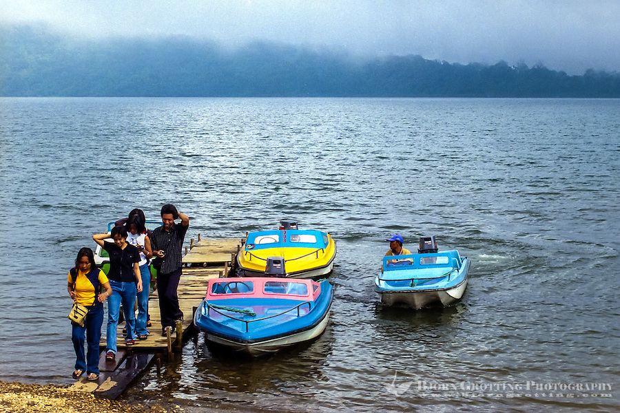 Bali, Tabanan, Bedugul. Visitors on the Bratan lake, a popular resort area.