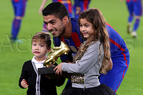 29.10.2016 Barcelona. La Liga football league.  Luis Suarez with his children as he receives the La Bota de Oro trophy before the game between FC Barcelona and Granada CF at camp nou