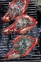 Europe/France/Gastronomie générale: Repas en plein air - Assaisonnement des côtes de boeuf - Barbecue