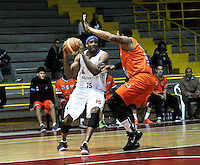 BOGOTA - COLOMBIA: 24-03-2014: Calvin Warner (Izq.) jugador de Guerreros, disputa el balón con Vader Fernandez (Der.) jugador de Bucaros Freskaleche, durante partido entre Guerreros de Bogota y Bucaros Freskaleche de Bucaramanga por la fecha 3 de la Liga Directv Profesional de Baloncesto I en partido jugado en el Coliseo El Salitre de la ciudad de Bogota. / Calvin Warner (L) player of Guerreros, fights for the ball with Vader Fernandez (R) player of Bucaros Freskaleche, during a match between Guerreros de Bogota and Bucaros Freskaleche de Bucaramanga for the  date 3 of La Liga Directv Profesional de Baloncesto I, game at the El Salitre Coliseum in Bogota City. Photo: VizzorImage / Luis Ramirez / Staff.