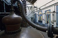Europe/France/Nord-Pas-de-Calais/59/Nord/Env de Lille/Wambrechies : Détail alambics et colonnes de distillation de la distillerie Claeyssens datant de 1817 - Eaux de vie de grain, pur malt, et de genievre