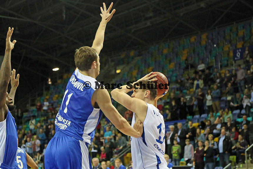 Johannes Voigtmann (Skyliners) gegen Elmedin Kikanovic (Enisey) - Fraport Skyliners vs. BC Enisey, Viertelfinale EuroChallenge, Fraport Arena Frankfurt