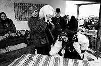 ROMANIA / Maramures / Ocna Sugatag / January 2003..The Thursday livestock market in the Mara Valley where villagers from neighboring villages come to buy and sell animals and to catch up with relatives and the gossip of the week...© Davin Ellicson / Anzenberger..