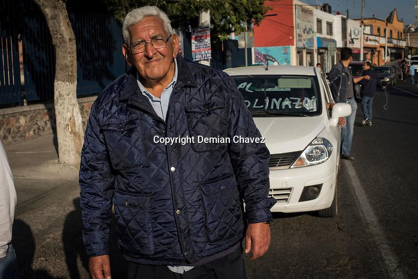 Quer&eacute;taro, Qro. 29 de enero de 2017.- Don Rub&eacute;n Diaz Orozco, ex dirigente del Barz&oacute;n y ex preso pol&iacute;tico durante la marcha &quot;Empuj&oacute;n&quot; contra el gasolinazo.<br /> <br /> Al menos una centena de ciudadanos protestan en contra del Gasolinazo las reformas estructurales. Organizados otra vez de sociales los ciudadanos salieron la tarde de este domingo a protestar en contra del alza del hidrocarburo.<br /> Llam&oacute; la atenci&oacute;n una pr&aacute;ctica inusual de la polic&iacute;a estatal que comenz&oacute; a registrar las placas de los veh&iacute;culos que acud&iacute;an a la protesta.<br /> Al menos una centena de ciudadanos protestan en contra del Gasolinazo las reformas estructurales. Organizados otra vez de sociales los ciudadanos salieron la tarde de este domingo a protestar en contra del alza del hidrocarburo.