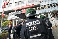 Nach einer Woche Aufenthalt im Haus des Deutschen Gewerkschaftsbunds in Berlin liessen die Verantwortlichen des DGB etwa 25 Fluechtlinge durch die Polizei raeumen. Dabei gab es mehrere Verletzte, zwei davon nach Aussagen von Augenzeugen schwer. Mehrere Fluechtlinge wurden nach der gewaltsamen Raumung ins Krankenhaus gebracht. Mehrere Personen hatten sich zum Teil aneinander gekettet, um so die Raeumung zu verhindern.<br /> Die Fluechtlinge hatten vor einer Woche im DGB-Haus um Unterstuetzung fuer ihr Anliegen nach Asyl und Bleiberecht gesucht. Die Gewerkschaftsverantwortlichen waren jedoch nicht bereit ihnen mehr als ein paar Tage Obdach zu gewaehren und die Politik zu bitten das Problem zu loesen.<br /> Im Bild: Polizei vor dem Gewerkschaftshaus kurz vor der Raeumung.<br /> 2.10.2014, Berlin<br /> Copyright: Christian-Ditsch.de<br /> [Inhaltsveraendernde Manipulation des Fotos nur nach ausdruecklicher Genehmigung des Fotografen. Vereinbarungen ueber Abtretung von Persoenlichkeitsrechten/Model Release der abgebildeten Person/Personen liegen nicht vor. NO MODEL RELEASE! Don't publish without copyright Christian-Ditsch.de, Veroeffentlichung nur mit Fotografennennung, sowie gegen Honorar, MwSt. und Beleg. Konto: I N G - D i B a, IBAN DE58500105175400192269, BIC INGDDEFFXXX, Kontakt: post@christian-ditsch.de<br /> Urhebervermerk wird gemaess Paragraph 13 UHG verlangt.]