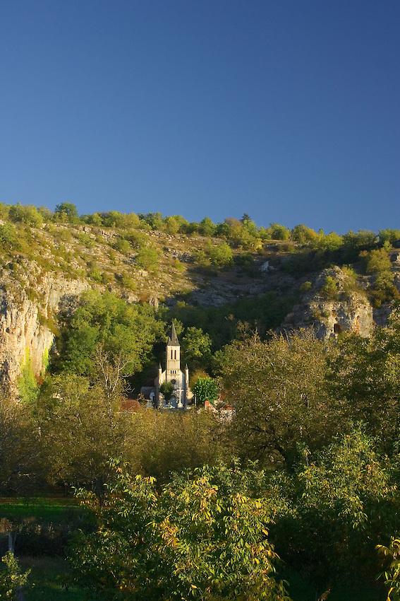 Village du Quercy situe au pied de hautes falaises.