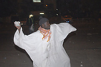 xnb04 DAKAR (SENEGAL) 28/1/2012.- Foto disponible desde hoy, sábado 28 de enero de 2012, que muestra una manifestación en Dakar, Senegal, el 27 de enero de 2012. Los enfrentamientos entre manifestantes y fuerzas de seguridad causaron un muerto en Dakar, según informaron hoy varias emisoras de radio privadas, que cita fuentes policiales. La víctima, perteneciente a las fuerzas de seguridad, resultó herido grave en los choques y murió poco después de su traslado a un hospital de la capital de Senegal. La violencia se ha extendido a varias localidades del interior del país, donde miles de jóvenes protagonizaron disturbios en protestas por la decisión del Consejo Constitucional de habilitar la candidatura del actual mandatario, Abdoulaye Wade, para las elecciones presidenciales del próximo 26 de febrero. EFE/ALIOU MBAYE