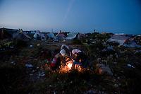 Immigrati Tunisini si apprestano a passare la notte all'aperto dopo essere sbarcati in massa nell'isola di Lampedusa