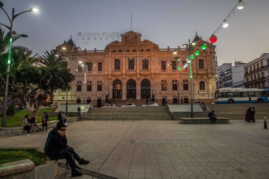 Algerino seduto  telefona in 1st Nopvember square