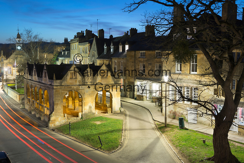 United Kingdom, England, Gloucestershire, Cotswolds, Chipping Campden: Market Hall and Cotswold stone cottages along High Street at dusk | Grossbritannien, England, Gloucestershire, Cotswolds, Chipping Campden: Markthalle und Cotswold Steinhaeuser in der High Street am Abend