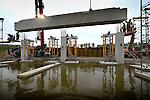 UTRECHT - In Utrecht is een 92 ton zware prefab betonbalk op zijn plaats gehesen voor één van Nederlands grootste, door bouwcombinatie Hurks Beton/Hurks van der Linden/Dura Vermee gebouwde P+R-gebouwen, parkeergebouw De Uithof. De balk vormt de ingang van het negendaags hoge gebouw waar 2000 auto's via de eerste etage naar binnen kunnen. Het door architectencombinatie KCAP/Studio SK in opdracht van de gemeente ontworpen complex gaat dertig miljoen euro kosten en zal grotendeels gebruikt worden door medewerkers van de omliggende Universiteit Utrecht, Hogeschool Utrecht en UMC Utrecht. Het gebouw krijgt ook een overstapstation op in aanbouw zijnde HOV-baan. COPYRIGHT TON BORSBOOM.