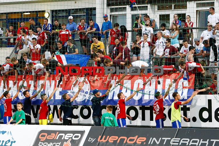 02.05.2015, Alpenbauer Sportpark, Unterhaching, GER, RL-Sued, SpVgg Unterhaching vs. FC Ingolstadt II, im Bild lassen sich die Hachinger Spieler von den Fans feiern / Foto © nordphoto / RMG