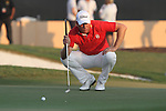 Robert Karlsson lines up his putt on the 18th green 1st playoff hole during the Final Day of the Dubai World Championship, Earth Course, Jumeirah Golf Estates, Dubai, 28th November 2010..(Picture Eoin Clarke/www.golffile.ie)