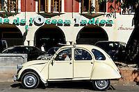 """MADAGASCAR Antananarivo, old french car Citroen 2CV """"Ente"""" Taxi / MADAGASKAR Antananarivo, alter  Citroen 2CV """"Ente"""" Taxi"""