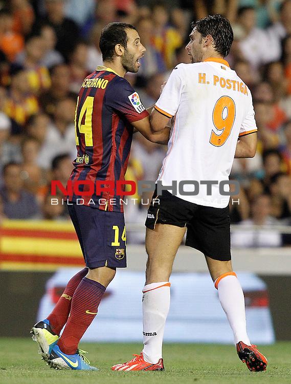 Valencia's Helder Postiga (r) and FC Barcelona's Javier Mascherano during La Liga match.September 1,2013. Foto © nph / Acero)