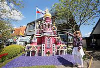 Bloemendagen in Limmen en Heiloo. In deze tuin staat de Bloedkerk uit Sint Petersburg, gemaakt van gaas en hyacinten