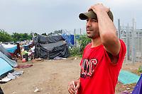 SERBIEN, 08.2016, Kelebija. Internationale Fluechtlingskrise: An der mit Zaeunen abgesperrten ungarischen Grenze stauen sich Fluechtlinge und Migranten. Sie bitten meist vergebens um Einlass in die  Asyl- und Transitzonen (blaue Container). So haben sich auf serbischer Seite provisorische Lager mit sehr schlechten Bedingungen gebildet. | International refugee crisis: Refugees and migrants have been piling up at the fenced-off Hungarian border. They are waiting for entrance into the asylum and transit zones (blue containers), mostly in vain. Thus provisional camps have emerged on the Serbian side with very bad conditions. In the picture Amine Salhi.<br /> © Szilard Vörös/EST&OST