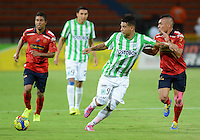 MEDELLÍN -COLOMBIA-13-09-2014. Edwin Cardona (Izq) jugador de Atlético Nacional disputa el balón con Vladimir Marin (Der) jugadores de Independiente Medellín durante partido por la fecha 9 de la Liga Postobón II 2014 jugado en el estadio Atanasio Girardot de la ciudad de Medellín./ Edwin Cardona (L) player of Atletico Nacional  fights for the ball with Vladimir Marin (R) player of Independiente Medellin during the match for the 9th date of the Postobon League II 2014 at Atanasio Girardot stadium in Medellin city. Photo: VizzorImage/Luis Ríos/STR