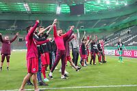 Eintracht Spieler feiern nach dem Finaleinzug im leeren Stadion, Marco Fabian (Eintracht Frankfurt), Yanni Regäsel (Eintracht Frankfurt), Bastian Oczipka (Eintracht Frankfurt), Aymen Barkok (Eintracht Frankfurt), Ante Rebic (Eintracht Frankfurt), Haris Seferovic (Eintracht Frankfurt),,Shani Tarashaj (Eintracht Frankfurt), Timothy Chandler (Eintracht Frankfurt) und Alexander Meier (Eintracht Frankfurt) - 25.04.2017: Borussia Moenchengladbach vs. Eintracht Frankfurt, DFB-Pokal Halbfinale, Borussia Park
