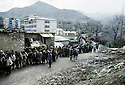 Turquie 1991.Les réfugiés kurdes sur la frontière attendant une distribution de nourriture.Turkey 19991.Kurdish refugees on the border, queueing for food