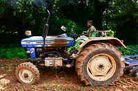 BURKINA FASO, Bobo Dioulasso, agricultural institute CAP-M, tractor training / GIZ Projekt ProCIV Grüne Innovationszentren, landwirtschaftliche Berufsschule CAP-M, Bodenbearbeitung mit Traktor, Frau Bebeni Kienou, 27 Jahre