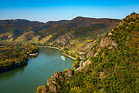 Oesterreich, Niederoesterreich, Kulturlandschaft Wachau - UNESCO Weltkultur- und Naturerbe, Duernstein: Blick von der Ruine Duernstein flussaufwaerts | Austria, Lower Austria, Wachau Cultural Landscape - UNESCO World's Cultural and Natural Heritage, Duernstein: view from ruin Duernstein upstream