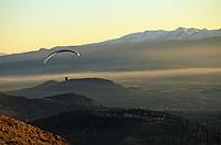 Europe/France/Auvergne/63/Puy-de-Dôme/Parc Régional des Volcans/Puy-de-Dôme: Parapente avec, en fond, le Massif du Sancy (1885mètres)